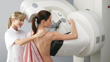 Маммолог на медиуинском оборудовании производит осмотр молочных желез