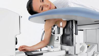 Обследование молочной железы на наличие фиброаденомы при помощи маммографа