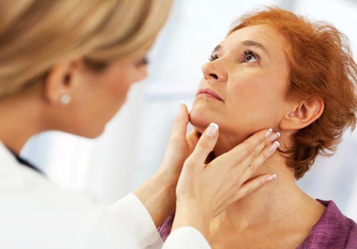 Осмотр щитовидной железы при гормональном сбое при котором образовались кисты в молочной железе